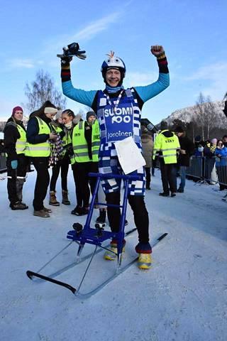"""Levänen sai paljon positiivista huomiota kisa-asustaan. Mestarin mukaan """"Riikka-Piikan neulekahvilan porukka Joroisista"""" on valmistanut asun käsityönä Suomen juhlavuoden kunniaksi."""