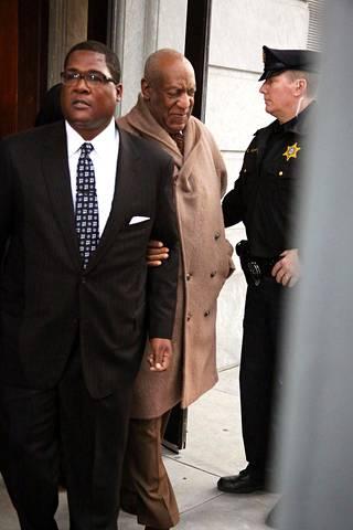 Bill Cosby poistumasta kuulemisesta tiistaina Montgomeryn oikeustalolta.