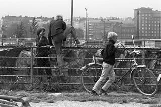 Poikia leikkimässä lohialtaan aidan luona Tervasaaressa vuonna 1970.