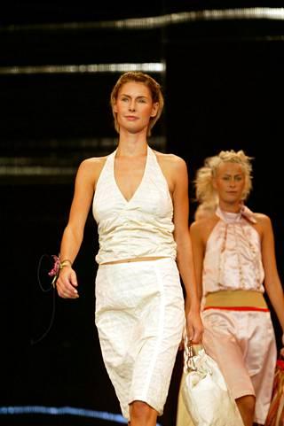 Halterneck-topit ovat taattua 2000-luvun tavaraa. Muotimessut, kevät/kesä 2004 näytös.
