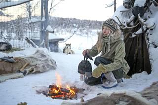 Kotipihallaan Myllykangas tarjoilee vieraille pannukahvit.