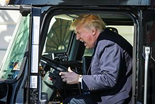 """Yhdysvaltain presidentti Donald Trump innostui """"hurjastelemaan"""" Valkoisen talon edustalle tuodun rekan ohjaksissa."""