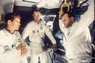 Bill Paxton (oik.) näytteli Apollo 13 -elokuvassa Kevin Baconin (vas.) ja Tom Hanksin (kesk.) kanssa.