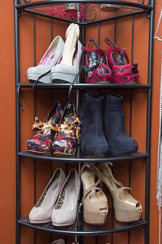 Pariskunnan työhuoneesta löytyy iso valikoima vaatteita ja kenkiä, joihin he ja asiakkaat voivat pukeutua.