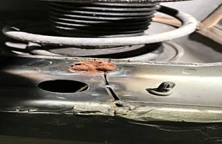 Kuluttaja arveli, että autossa oli jo aiemmin tehty runsaasti korjauksia.