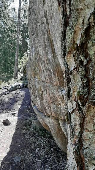 Näyttävä kalliojyrkänne reunustaa ulkoilupolkua.