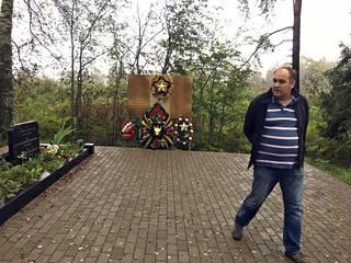 Jegor Jelizavetski  esittelee Mainilassa jatkosodan aikana 1944 kaatuneiden neuvostosotilaiden hautaa, joka on vastikään kunnostettu.
