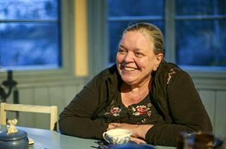 Kirsti Manninen ei pidä itseään taiteilijana vaan sanatyöläisenä. –En ole kärsimystaiteilija. Tiedän , että niitä on, mutta elämäni ole ollut sen vaikeampaa kuin oman sukupolveni naisten keskimäärin yleensä.