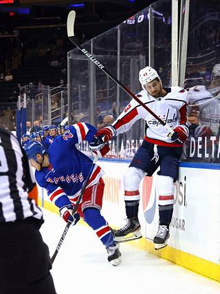 Kovaa pelaava Tom Wilson (oik.) on NHL:n puhutuin pelaaja.