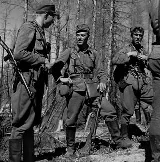 Kapteeni Pentti Railio, Lauri Törni ja Törnin varamies Holger Pitkänen taistelun jälkeen.