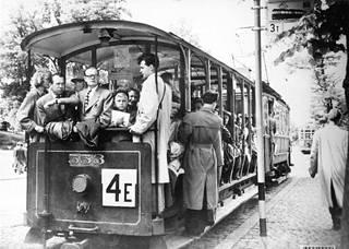 Raitiovaunun avoperävaunulla matkustetaan Munkkiniemeen 1952.