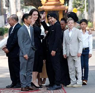Jolie yhdessä lapsiensa kanssa odottamassa Kambodžan kuninkaan tapaamista.