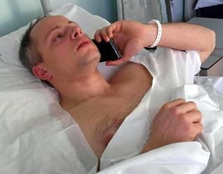 Italian poliisi julkaisi kuvan Anis Amrin kanssa käydyssä laukaustenvaihdossa loukkaantuneesta konstaapeli Christian Moviosta sairaalasängyllä.