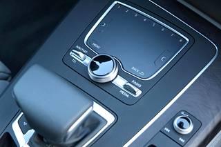 Uusi MMI-näyttö keskikonsolissa toimii pääohjauselementtinä MMI navigation plus -järjestelmässä, sisältäen MMI touch -kosketuspaneelin ja 8,3 tuuman näytön. Järjestelmän kosketusohjain on integroitu kiertopainikkeeseen. Se tunnistaa sekä käsinkirjoitettua tekstiä että liikkeitä, kuten zoomaustoimintoja.