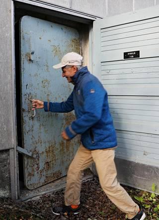 Hykkilän aseman vankka betonikuori ja ilmanvaihtojärjestelmän suojaus yllättivät Heikki Ojan. Teräsoven reunoja kiertävät tiivisteet paljastavat, että ovi on sulkeutunut ilmatiiviiksi.