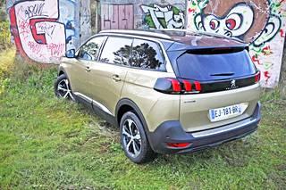 5008 on Peugeot'n mukaan ennen kaikkea katumaasturi, mutta takaa katsoen tila-automaiset juuret paljastuvat kantikkuutena.
