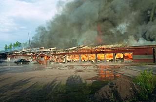 Kesäkuussa 2002 kohuhotelli Bonanza oli ilmiliekeissä.