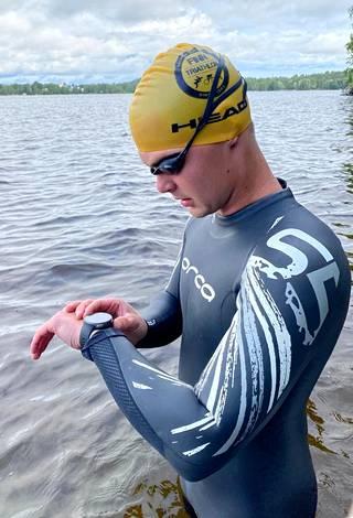 Kello kertoi Aksu Kariman uineen urakan päätteeksi yli 20 kilometriä.