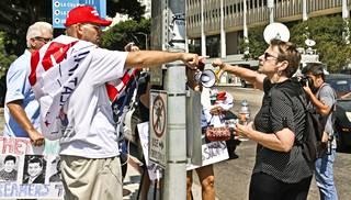 Eläkkeellä oleva opettaja Harriet Harman (oik.) ja Trumpin kannattaja Arthur Schaper haukkuivat toisiaan mielenosoituksessa.