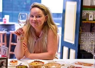 Ariela Säkkinen nautiskelee usein pitkistä ruokailuhetkistä ja pöydän ääreen on aina kutsuttu ystäviä.