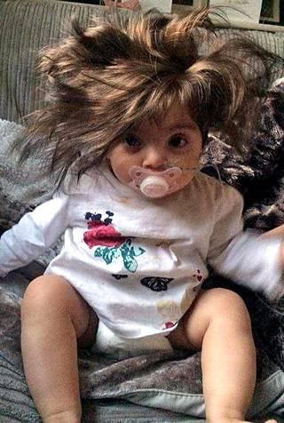 Bellan hiukset ovat jo niin pitkät, että ne menevät silmille, jos tukkaa ei laita kiinni.