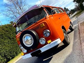 VW Kleinbus vie aikamatkalle 70-luvulle.