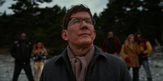 Jahti-elokuvasta tuttu Thomas Bo Larsen esittää taide-elokuviin erikoistunutta ohjaajaa, joka kuvataan nössönä setämiehenä.
