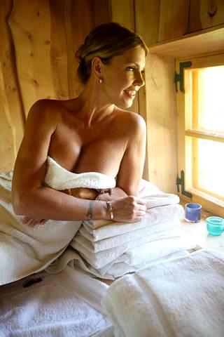 Kesäkuussa 2010 Anu kuvattiin saunatunnelmissa Saarenmaalla.