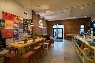 Ravintolan sisustuksesta on vastannut Protos Demos Oy:n Marianna Sorsa ja Lasse Laine. Se on räätälöity ravintolan tarpeisiin. Ravintolan ilme on selkeä ja raaka-ainelähtöinen. Kaikki kalusteet ovat suomalaista designia ja Suomessa tuotettuja.