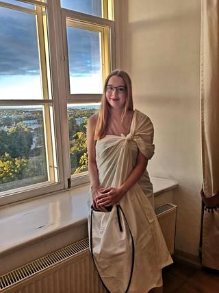 Eve Ihalempiä kuvattuna toogasitseissä vuonna 2019. Ennen koronaa opiskelijaelämä oli Tallinnassa vilkasta.
