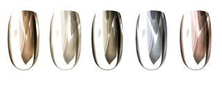 Hopeisella puuterilla saa aikaan eri sävyisiä lakkauksia, kun pohjan kynsilakan väriä vaihtaa. Kuvassa lakkaukset on tehty oranssilla, valkoisella, mustalla, sinisellä ja pinkillä lakalla.