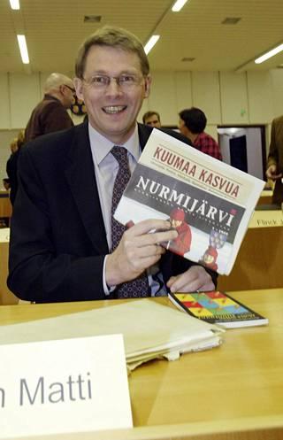 Matti Vanhanen on istunut Nurmijärven valtuustossa vuodesta 1989. Tällä valtuustokaudella Vanhanen on ehtinyt vain joka toiseen valtuuston kokoukseen. Kuva vuoden 2005 ensimmäisestä valtuuston kokouksesta.