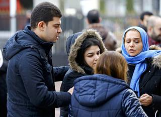 Yökerhoiskun uhrien omaisia sairaalan edustalla Istanbulissa.