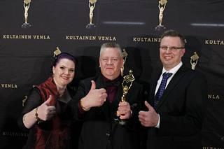 Akin mukana reissussa olivat myös hänen Heli-vaimonsa ja Suomen Huutokauppakeisari ohjelmasta tuttu Markku Saukko. Valokuvassa kolmikko Kultainen Venla -gaalassa tammikuussa 2016.