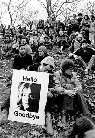 New Yorkin Central Parkiin kerääntyi 14.12.1980 kymmeniä tuhansia surijoita John Lennonin muistojuhlaan.
