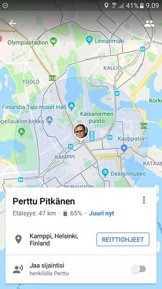 Paikannettavan henkilön akun lataus löytyy Google Maps -puhelinsovelluksesta henkilön nimen alta.