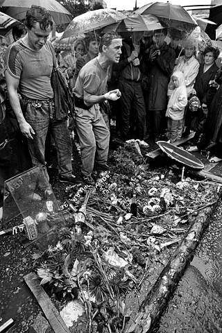 Moskovan kehätiellä nuoret miehet surivat kolmen mielenosoittajan kuolemaa.