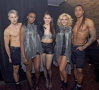 Aalto poseerasi keikkapaikalla yhdessä näyttävien tanssijoidensa kanssa.