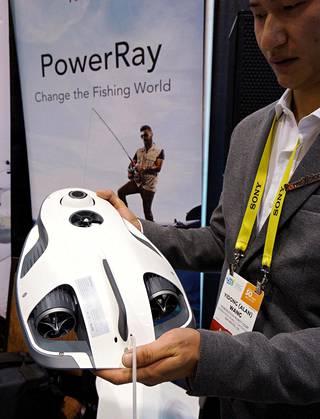 Powervision Robot Corpin insinööri Alan Wang esitteli PowerRayta Las Vegasissa.