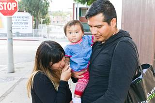 Marian (vas.), Alejandron ja Eugenen perhe tekee kaikkensa pysyäkseen yhdessä. Eugene-tytär on vanhempien peloista autuaan tietämätön.
