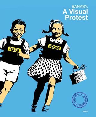Banksy. A Visual Protest -näyttelykirja on kunnianhimoinen teos. Sen kannessa kirmaavat Jack and Jill (Police kids).