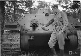 """""""Vallattu 30 tonnin tankki, johon Pst. tykin ammukset eivät pystyneet, paitsi takana olevaan bentsiinitankkiin, josta polttoaine valui pois"""", kuuluu alkuperäinen kuvateksti."""