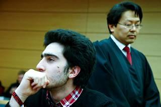 Modamani oli eilen oikeudessa Würzburgissa Etelä-Saksassa asianajajansa Chan-Jo Junin kanssa.