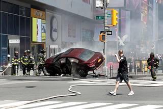 Silminnäkijöiden mukaan punainen henkilöauto ajoi ensin väärään ajosuuntaan ja päätyi sitten jalkakäytävälle.