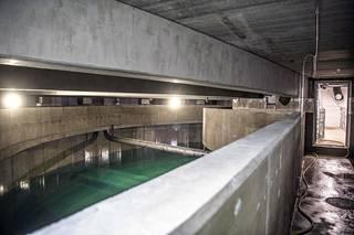 Vesisäiliön sisällä pystyy kulkemaan kapeita käytäviä pitkin. Ne ovat säiliön ylivuotokouruja.