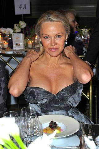 Useat lehdet ovat ylistäneet Pamelan meikitöntä ulkonäköä.