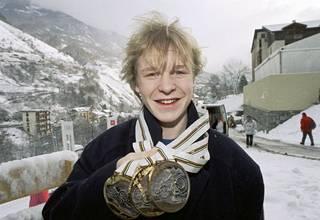 Toni Nieminen olympiamitalit kaulassaan Albertvillessä vuonna 1992.