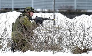 Reserviläiset vartioivat aluetta Puolustusvoimien Paikallispuolustus Länsi 1 -harjoituksessa Laajasalossa Helsingissä 10. maaliskuuta 2016.