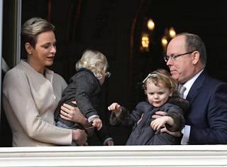 Albert, Charlene ja heidän kaksivuotiaat kaksosensa Gabriella ja Jacques.