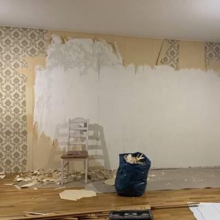 Olohuoneen kuvat ovat neloskohteesta. Kaikissa olohuoneen seinissä oli 70-luvun tapetti. Se poistettiin kaikista seinistä paitsi yhdestä.
